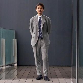 Schwarze Wildleder Slipper kombinieren – 384 Herren Outfits: Paaren Sie einen grauen Wollanzug mit einem weißen Businesshemd für eine klassischen und verfeinerte Silhouette. Schwarze Wildleder Slipper liefern einen wunderschönen Kontrast zu dem Rest des Looks.