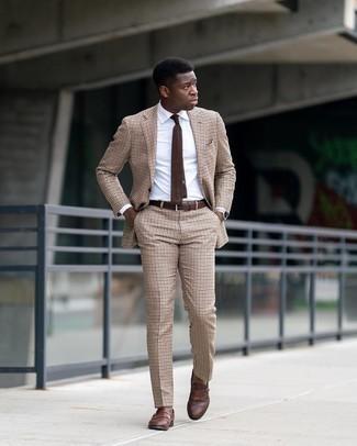 Braune Strick Krawatte kombinieren – 77 Herren Outfits: Kombinieren Sie einen hellbeige Anzug mit Vichy-Muster mit einer braunen Strick Krawatte für einen stilvollen, eleganten Look. Suchen Sie nach leichtem Schuhwerk? Wählen Sie braunen Leder Slipper mit Fransen für den Tag.