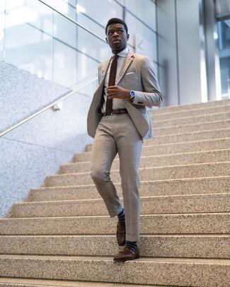 Braune Strick Krawatte kombinieren – 77 Herren Outfits: Tragen Sie einen hellbeige Anzug und eine braune Strick Krawatte, um vor Klasse und Perfektion zu strotzen. Fühlen Sie sich ideenreich? Wählen Sie braunen Leder Slipper mit Fransen.