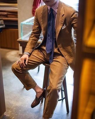 Rotbraunen Anzug kombinieren – 457 Herren Outfits: Tragen Sie einen rotbraunen Anzug und ein weißes und rotes vertikal gestreiftes Businesshemd für eine klassischen und verfeinerte Silhouette. Braune Leder Slipper sind eine gute Wahl, um dieses Outfit zu vervollständigen.