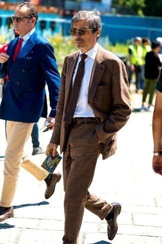 Gürtel kombinieren – 500+ Herren Outfits: Tragen Sie einen braunen Anzug und einen Gürtel für ein bequemes Outfit, das außerdem gut zusammen passt. Entscheiden Sie sich für dunkelbraunen Leder Slipper, um Ihr Modebewusstsein zu zeigen.