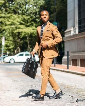 Schwarze Leder Slipper kombinieren – 500+ Herren Outfits: Etwas Einfaches wie die Wahl von einem rotbraunen Anzug und einem grauen Businesshemd mit Karomuster kann Sie von der Menge abheben. Dieses Outfit passt hervorragend zusammen mit schwarzen Leder Slippern.