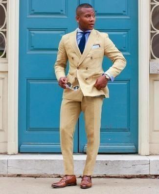 Beige Anzug kombinieren – 500+ Herren Outfits: Geben Sie den bestmöglichen Look ab in einem beige Anzug und einem weißen und blauen Businesshemd mit Vichy-Muster. Ergänzen Sie Ihr Look mit braunen Leder Slippern.