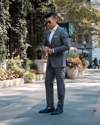 Elegante Outfits Herren 2020: Machen Sie sich mit einem grauen Anzug mit Karomuster und einem weißen Businesshemd einen verfeinerten, eleganten Stil zu Nutze. Komplettieren Sie Ihr Outfit mit dunkeltürkisen Wildleder Slippern.