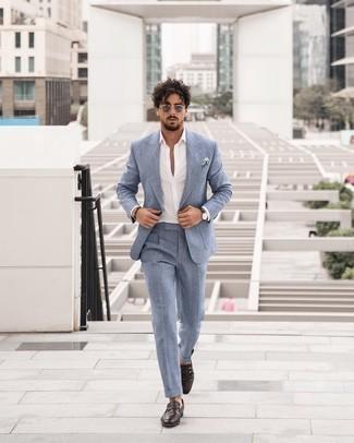 Weißes und blaues Einstecktuch kombinieren – 500+ Herren Outfits: Kombinieren Sie einen hellblauen Anzug mit einem weißen und blauen Einstecktuch, um mühelos alles zu meistern, was auch immer der Tag bringen mag. Fühlen Sie sich mutig? Vervollständigen Sie Ihr Outfit mit dunkelbraunen Leder Slippern.