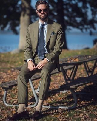 Dunkelbraune Sonnenbrille kombinieren – 500+ Herren Outfits: Kombinieren Sie einen olivgrünen Anzug mit einer dunkelbraunen Sonnenbrille für ein großartiges Wochenend-Outfit. Ergänzen Sie Ihr Outfit mit dunkelroten Leder Slippern, um Ihr Modebewusstsein zu zeigen.