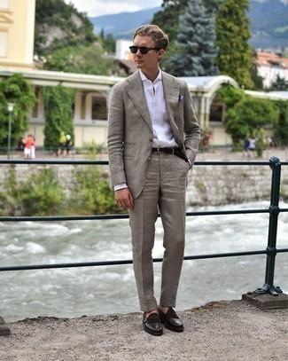 Violettes bedrucktes Einstecktuch kombinieren – 51 Herren Outfits: Paaren Sie einen beige Anzug mit einem violetten bedruckten Einstecktuch für ein großartiges Wochenend-Outfit. Fühlen Sie sich ideenreich? Wählen Sie dunkelbraunen Leder Slipper mit Fransen.