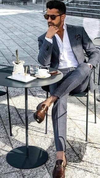 Schwarzes bedrucktes Einstecktuch kombinieren – 111 Herren Outfits: Paaren Sie einen dunkelgrauen Anzug mit einem schwarzen bedruckten Einstecktuch für ein Alltagsoutfit, das Charakter und Persönlichkeit ausstrahlt. Fühlen Sie sich mutig? Entscheiden Sie sich für dunkelbraunen Leder Slipper.