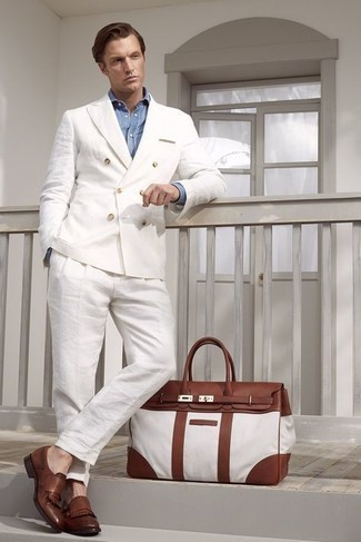 Hellblaues Chambray Businesshemd kombinieren – 257 Herren Outfits: Entscheiden Sie sich für ein hellblaues Chambray Businesshemd und einen weißen Leinen Anzug für einen stilvollen, eleganten Look. Braune Leder Slipper mit Fransen leihen Originalität zu einem klassischen Look.