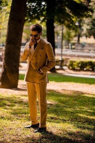 Dunkelbraune Sonnenbrille kombinieren – 500+ Herren Outfits: Kombinieren Sie einen rotbraunen Anzug mit einer dunkelbraunen Sonnenbrille für ein sonntägliches Mittagessen mit Freunden. Fühlen Sie sich ideenreich? Komplettieren Sie Ihr Outfit mit dunkelbraunen Leder Slippern.