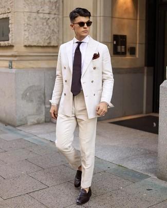 Dunkelbraune Leder Slipper kombinieren – 500+ Herren Outfits: Kombinieren Sie einen weißen Anzug mit einem weißen Businesshemd für einen stilvollen, eleganten Look. Fühlen Sie sich ideenreich? Entscheiden Sie sich für dunkelbraunen Leder Slipper.