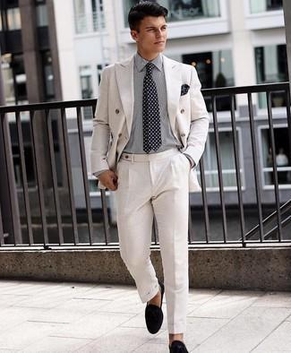 Businesshemd kombinieren – 500+ Herren Outfits: Kombinieren Sie ein Businesshemd mit einem weißen Anzug für einen stilvollen, eleganten Look. Fühlen Sie sich mutig? Ergänzen Sie Ihr Outfit mit schwarzen Wildleder Slippern.