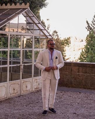 Herren Outfits 2021: Kombinieren Sie einen hellbeige Anzug mit einem hellvioletten Businesshemd für einen stilvollen, eleganten Look. Fühlen Sie sich ideenreich? Vervollständigen Sie Ihr Outfit mit dunkelblauen Wildleder Slippern.