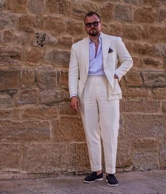 Herren Outfits 2021: Entscheiden Sie sich für einen klassischen Stil in einem weißen Anzug und einem hellblauen vertikal gestreiften Businesshemd. Komplettieren Sie Ihr Outfit mit dunkelblauen Wildleder Slippern.
