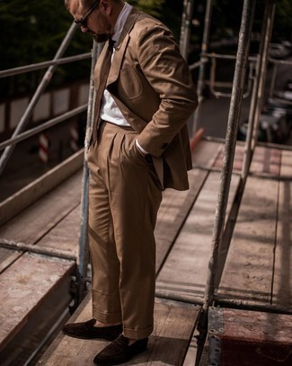 Herren Outfits 2021: Tragen Sie einen braunen Anzug und ein weißes Businesshemd für eine klassischen und verfeinerte Silhouette. Wenn Sie nicht durch und durch formal auftreten möchten, ergänzen Sie Ihr Outfit mit dunkelbraunen Wildleder Slippern.