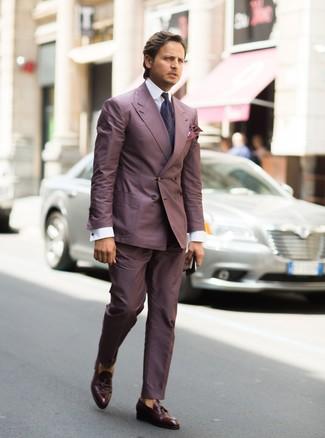 Wie kombinieren: lila Anzug, weißes Businesshemd, dunkelbraune Leder Slipper mit Quasten, dunkellila Krawatte mit Paisley-Muster