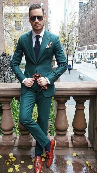 Braune Lederhandschuhe kombinieren für warm Wetter: trends 2020: Vereinigen Sie einen dunkeltürkisen Anzug mit braunen Lederhandschuhen, um einen lockeren, aber dennoch stylischen Look zu erhalten. Rotbraune Leder Slipper mit Quasten bringen klassische Ästhetik zum Ensemble.