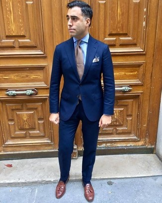 Wie kombinieren: dunkelblauer Anzug, hellblaues Businesshemd, braune Leder Slipper mit Quasten, braune gepunktete Krawatte