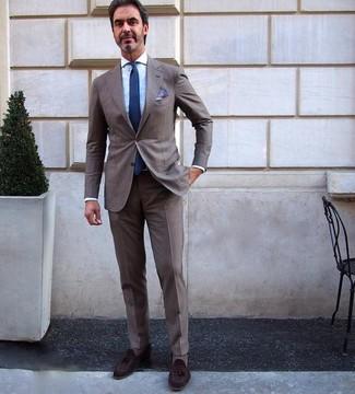 Wie kombinieren: brauner Anzug, hellblaues Businesshemd, dunkelbraune Wildleder Slipper mit Quasten, dunkelblaue Krawatte