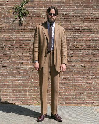 Wie kombinieren: brauner Anzug, weißes vertikal gestreiftes Businesshemd, dunkelrote Leder Slipper mit Quasten, dunkelbraune Strick Krawatte