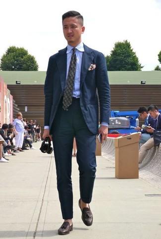 Wie kombinieren: schwarzer Anzug, hellblaues Businesshemd, dunkelbraune Leder Slipper mit Quasten, olivgrüne bedruckte Krawatte