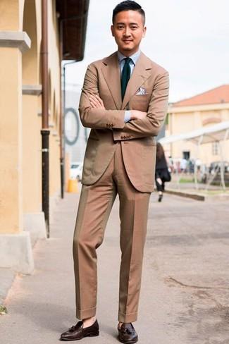 Dunkelbraune Leder Slipper mit Quasten kombinieren: trends 2020: Kombinieren Sie einen beige Anzug mit einem hellblauen Businesshemd für einen stilvollen, eleganten Look. Dunkelbraune Leder Slipper mit Quasten verleihen einem klassischen Look eine neue Dimension.