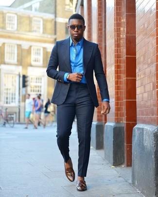 Wie kombinieren: dunkelblauer Anzug, blaues Businesshemd, dunkelbraune Leder Slipper mit Quasten, dunkelbraune Sonnenbrille
