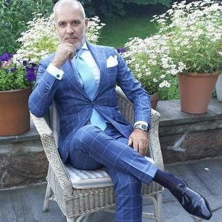 Wie kombinieren: blauer Anzug mit Karomuster, weißes Businesshemd, schwarze Leder Slipper mit Quasten, hellblaue Krawatte