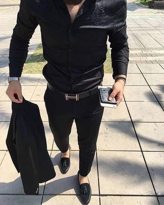 Wie kombinieren: schwarzer Anzug, schwarzes Seide Businesshemd, schwarze Wildleder Slipper mit Quasten, schwarzer Ledergürtel