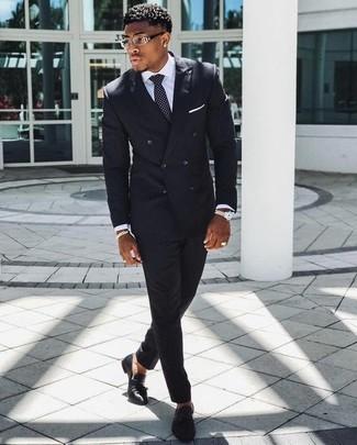 Wie kombinieren: schwarzer vertikal gestreifter Anzug, weißes Businesshemd, schwarze Leder Slipper mit Quasten, schwarze und weiße gepunktete Krawatte