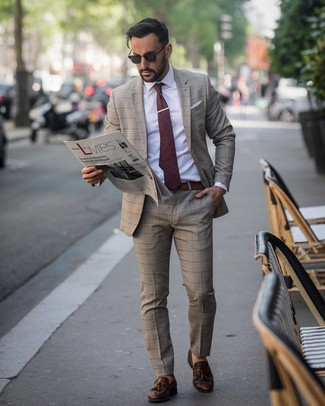 Wie kombinieren: brauner Anzug mit Schottenmuster, weißes Businesshemd, dunkelbraune Leder Slipper mit Quasten, dunkelrote gepunktete Krawatte