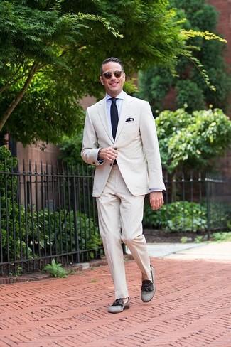 Wie kombinieren: hellbeige Anzug aus Seersucker, hellblaues Businesshemd, graue Segeltuch Slipper mit Quasten, dunkelblaue Strick Krawatte