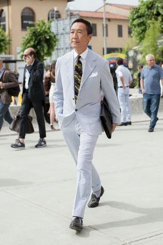 Wie kombinieren: hellblauer Anzug aus Seersucker, weißes Businesshemd, schwarze Leder Slipper mit Quasten, schwarze Leder Aktentasche