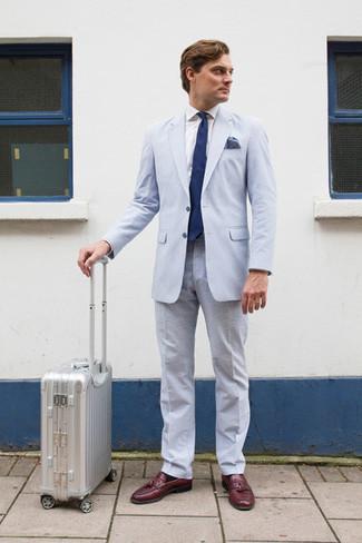 Wie kombinieren: hellblauer Anzug aus Seersucker, weißes Businesshemd, dunkelrote Leder Slipper mit Quasten, dunkelblaue Krawatte