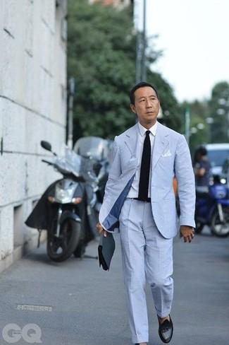 Wie kombinieren: hellblauer Anzug aus Seersucker, weißes Businesshemd, schwarze Leder Slipper mit Quasten, schwarze Strick Krawatte