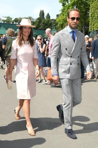Wie kombinieren: grauer Anzug mit Schottenmuster, hellblaues Businesshemd, dunkelblaue Wildleder Slipper mit Quasten, dunkelblaue Krawatte