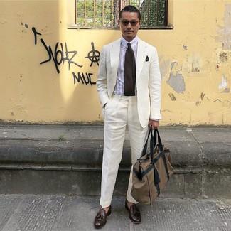 Wie kombinieren: weißer Leinen Anzug, weißes vertikal gestreiftes Businesshemd, dunkelbraune Leder Slipper mit Quasten, braune Segeltuch Reisetasche