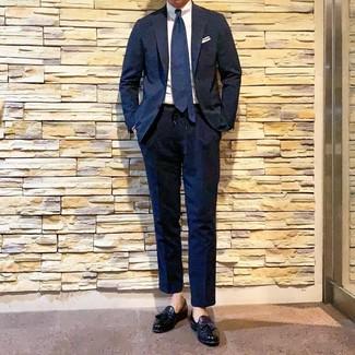 Wie kombinieren: dunkelblauer Anzug, weißes Businesshemd, schwarze Leder Slipper mit Quasten, dunkelblaue Krawatte