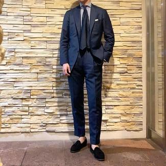 Wie kombinieren: dunkelblauer Anzug, weißes und dunkelblaues vertikal gestreiftes Businesshemd, schwarze Wildleder Slipper mit Quasten, dunkelblaue Seidekrawatte