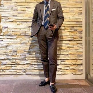 Wie kombinieren: brauner Anzug, weißes und blaues vertikal gestreiftes Businesshemd, schwarze Leder Slipper mit Quasten, dunkelblaue horizontal gestreifte Krawatte