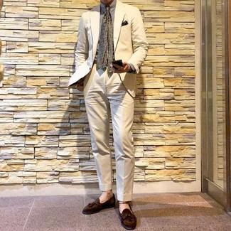 Wie kombinieren: hellbeige Anzug, weißes vertikal gestreiftes Businesshemd, braune Wildleder Slipper mit Quasten, olivgrüne bedruckte Krawatte