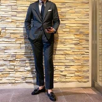 Wie kombinieren: schwarzer Anzug, weißes Businesshemd, schwarze Leder Slipper mit Quasten, dunkelblaue Krawatte