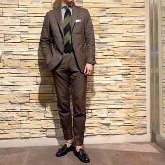 Wie kombinieren: dunkelbrauner Anzug, weißes und dunkelblaues vertikal gestreiftes Businesshemd, schwarze Leder Slipper mit Quasten, dunkelgrüne horizontal gestreifte Krawatte