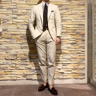 Wie kombinieren: hellbeige Anzug, weißes und braunes vertikal gestreiftes Businesshemd, dunkelbraune Wildleder Slipper mit Quasten, olivgrüne bedruckte Krawatte