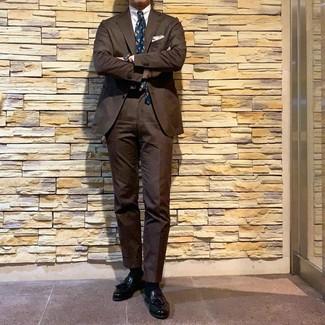 Hellbeige Einstecktuch kombinieren: trends 2020: Vereinigen Sie einen braunen Anzug mit einem hellbeige Einstecktuch, um mühelos alles zu meistern, was auch immer der Tag bringen mag. Fügen Sie schwarzen Leder Slipper mit Quasten für ein unmittelbares Style-Upgrade zu Ihrem Look hinzu.