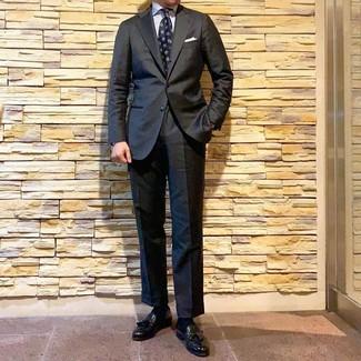 Wie kombinieren: dunkelgrauer Anzug, weißes vertikal gestreiftes Businesshemd, schwarze Leder Slipper mit Quasten, dunkelblaue bedruckte Krawatte