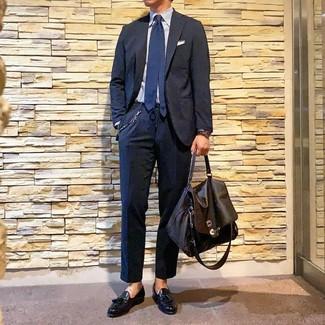 Wie kombinieren: dunkelblauer Anzug, hellblaues vertikal gestreiftes Businesshemd, schwarze Leder Slipper mit Quasten, dunkelbraune Leder Aktentasche