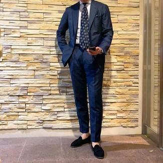 Wie kombinieren: dunkelblauer Anzug, weißes vertikal gestreiftes Businesshemd, schwarze Wildleder Slipper mit Quasten, dunkelblaue bedruckte Krawatte