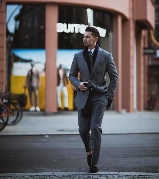 Wie kombinieren: grauer vertikal gestreifter Anzug, weißes Businesshemd, schwarze Wildleder Slipper mit Quasten, olivgrüne Krawatte