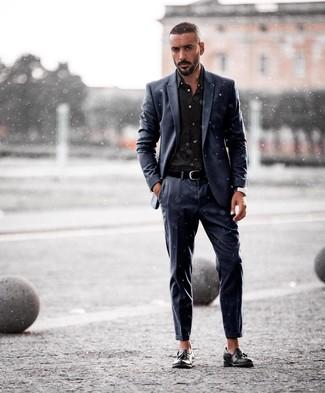 Wie kombinieren: dunkelblauer Anzug, schwarzes Businesshemd, schwarze Leder Slipper mit Quasten, schwarzer Ledergürtel